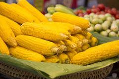 Le maïs éclaté cuit à la vapeur empilé sur la banane part, l'armure de panier en bambou Photo stock