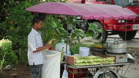 Le maïs bouilli et rôti frais est plage de Phuket, Thaïlande banque de vidéos