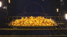 Le maïs fait maison de caramel a fini de faire dans cuire au four le four images libres de droits