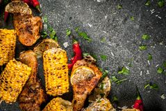 Le maïs grillé de BBQ et chiken images libres de droits