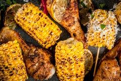 Le maïs grillé de BBQ et chiken photographie stock libre de droits