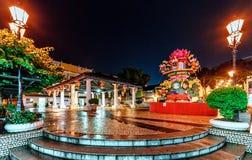 Le Macao, Chine - 24 janvier 2016 : De la place publique lumineuse de ville est décorée des lanternes chinoises de fête pendant l Image stock