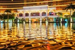 Le Macao, Chine - 24 janvier 2016 : La vue de nuit de groupe d'entrée de Macao Wynn Palace montre des réflexions de l'eau d'illum images libres de droits