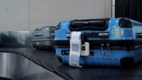 Le Macao, Chine - 11 mai 2019 : Sacs de bagages passant la ceinture de bagages dans l'aéroport clips vidéos