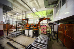 Le macchine hanno imballato i yogurt nella pianta del Wimm-Bill-Dann Fotografie Stock
