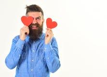 Le macho avec le visage heureux tient des cartes de valentine, l'espace de copie Images libres de droits