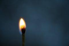 Le macro feu brûlant sur l'allumette Photo stock