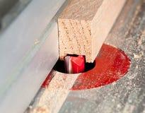 Le macro projectile du couteau a mordu le découpage dans le bois image stock