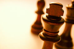 Le macro Roi en bois Chess Piece sur le fond blanc Photos stock