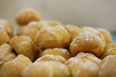 Le macro a saupoudré les boules nuts de boule de butées toriques de beignet de la pâte de sucre Images stock