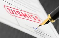 Le macro tir du timbre rouge écartent et stylo-plume sur une forme photo stock