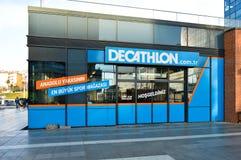 Le magasin de décathlon vend des matériaux liés à 70 sports différents Istanbul Maltepe, entrée de magasin images libres de droits