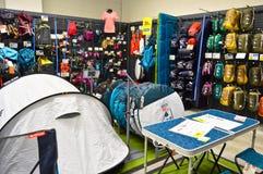 Le magasin de décathlon vend des matériaux liés à 70 sports différents Section campante d'approvisionnements image stock