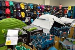 Le magasin de décathlon vend des matériaux liés à 70 sports différents Section campante d'approvisionnements images libres de droits