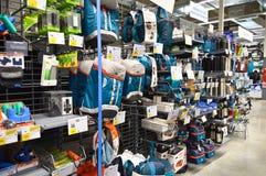 Le magasin de décathlon vend des matériaux liés à 70 sports différents Section campante d'approvisionnements photographie stock