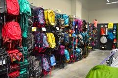 Le magasin de décathlon vend des matériaux liés à 70 sports différents Section campante d'approvisionnements images stock