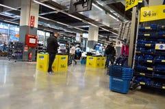 Le magasin de décathlon vend des matériaux liés à 70 sports différents Une vue générale du magasin photos libres de droits