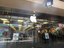 Le magasin de détail d'Apple à Honolulu au centre de Moana d'aile du nez Images libres de droits