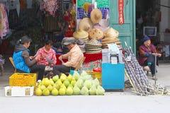 Le magasin de détail de personnes porte des fruits des chapeaux, Xingping, Chine Photo stock