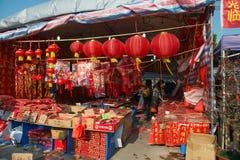 Le magasin vend différentes lanternes pendant la nouvelle année chinoise Image stock