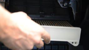 Le magicien de réparation de voiture change le filtre de cabine dans la voiture banque de vidéos