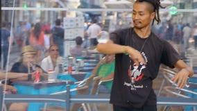 Le magicien de rue montrant aux passants refroidissent la représentation, gagnant l'argent pour vivre banque de vidéos