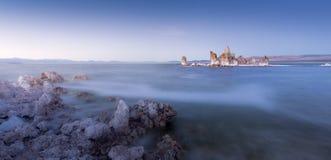 Le magique du coucher du soleil mono de lac, la Californie Image libre de droits