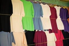 Le magliette appendono in negozio locale o nel mercato a Castries, stlucia Vestiti variopinti sulla vendita Vendita, acquisto ed  fotografie stock