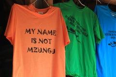 """le magliette turistiche con un'iscrizione divertente """"il mio nome non è Mzungu """"Mzungu uomo bianco da mezzi dello Swahili """" immagini stock libere da diritti"""
