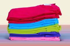 Le magliette variopinte sono impilate Immagini Stock Libere da Diritti