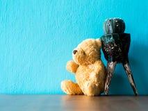 Le maigre brun de séance d'ours de nounours sur le cactus sur la table en bois le fond est l'espace de turquoise et de copie pour Image libre de droits