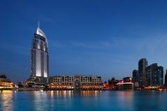 Le mail de Dubaï et l'hôtel d'adresse au crépuscule image libre de droits