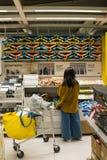 Le mail de Shenzhen IKEA, client choisit des marchandises IKEA est provenir d'une chaîne nordique d'entrepôt, il vend les meubles image libre de droits