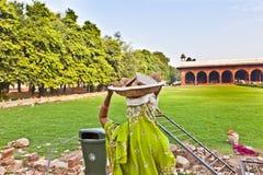 Le main-d'œuvre féminine porte des déchets de roche sur son chapeau Images libres de droits