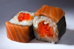 Le maki avec le caviar du saumon fumé, flétan Photos stock