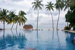 Le Maldive - 27 gennaio 2013: Paesaggio scenico dello stagno di acqua della spiaggia dalla spiaggia tropicale dell'oceano con gli Fotografie Stock