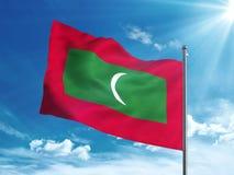 Le Maldive inbandierano l'ondeggiamento nel cielo blu Immagine Stock Libera da Diritti