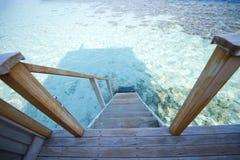 Le Maldive, scala della villa dell'acqua fotografia stock