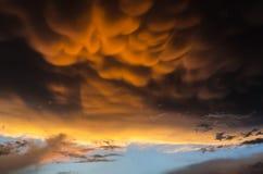 Le mammatus orange opacifie sur le ciel noir avant un ouragan puissant Images stock