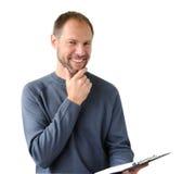 Le man i gray med en tablet Arkivfoton