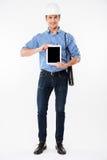 Le manarkitekten i byggnadshjälmen som rymmer minnestavlan för tom skärm Fotografering för Bildbyråer