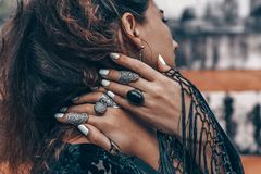 Le mani alla moda della donna si chiudono su con gli accessori di boho Fotografia Stock Libera da Diritti
