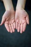 Le mani aperte della donna, mettono a fuoco a disposizione Immagine Stock