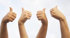 Le mani APPROVANO il segno Immagine Stock