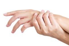Le mani asiatiche della donna di bellezza applicano la lozione e la crema sulla sua mano Immagine Stock