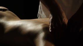 Le mani che fanno indietro il primo piano di massaggio su un fondo nero Massaggio di distensione Hotel e stazione termale di bene archivi video
