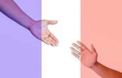 Le mani che raggiungono per la pace e pregano Immagine Stock