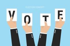 Le mani che tengono i fogli di carta con le lettere votano Immagini Stock Libere da Diritti