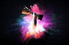 Le mani che tengono la tazza di campione su colourful spruzza il fondo Media misti illustrazione di stock