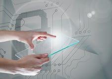 Le mani che tengono lo schermo di vetro sopra la serratura di sicurezza gira intorno all'interfaccia immagine stock